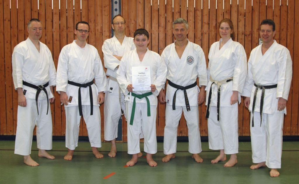 NeuerTrainerassistent Lennard Krieg (Mitte) mit den Teilnehmern der Lizenzverlängerung und dem Lehrwart und Referent Andreas Seiler (rechts) und Referent Frank Steffen (links).