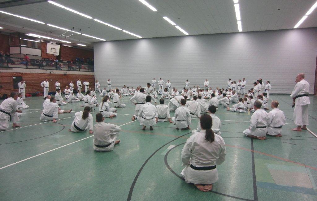 Die Teilnehmer der C- und B-Trainer-Ausbildung beim Lehrgang mit S. Mansouri und S. Hartl.